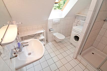 beschreibung badezimmer und g ste wc im ferienhaus grotz in prerow auf dem dar. Black Bedroom Furniture Sets. Home Design Ideas